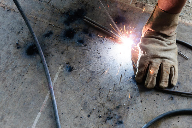 Acero de Welding Sparks del soldador en fábrica fotos de archivo libres de regalías