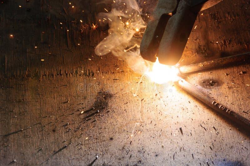 Acero de Welding Sparks del soldador en fábrica fotografía de archivo