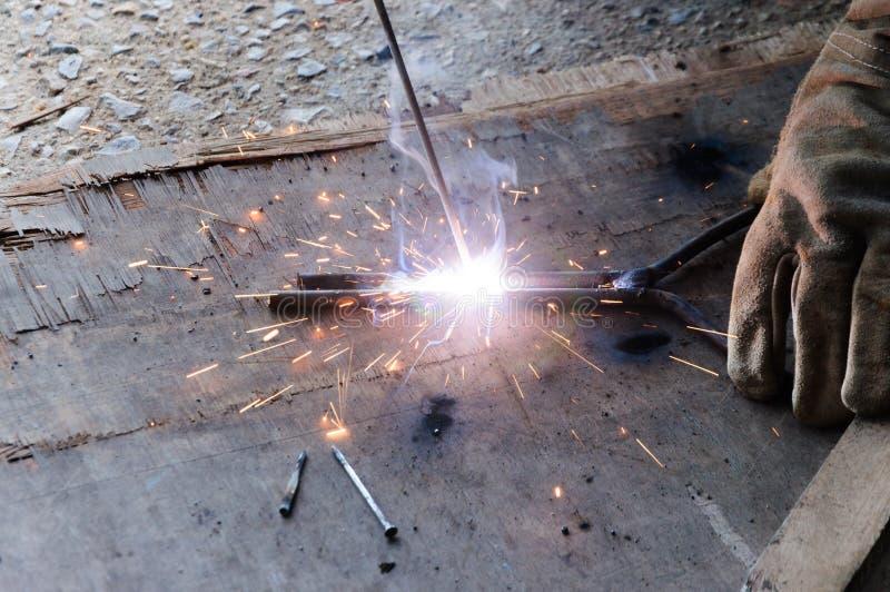 Acero de Welding Sparks del soldador en fábrica fotografía de archivo libre de regalías