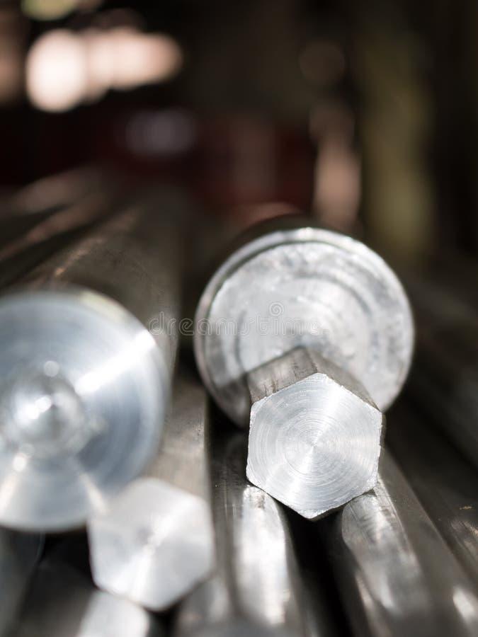 Acero del hexágono y barras de acero en fábrica foto de archivo libre de regalías