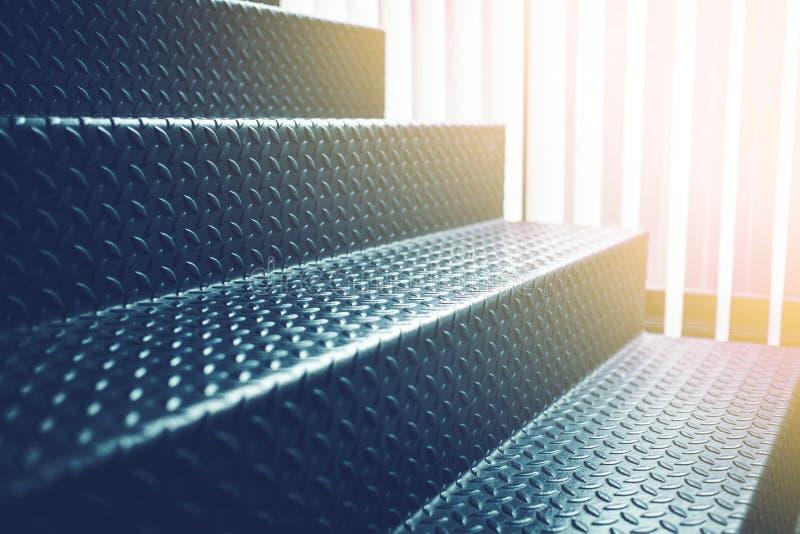 Acero duro del negro de la escalera de la luz del sol del interior del desván fotos de archivo
