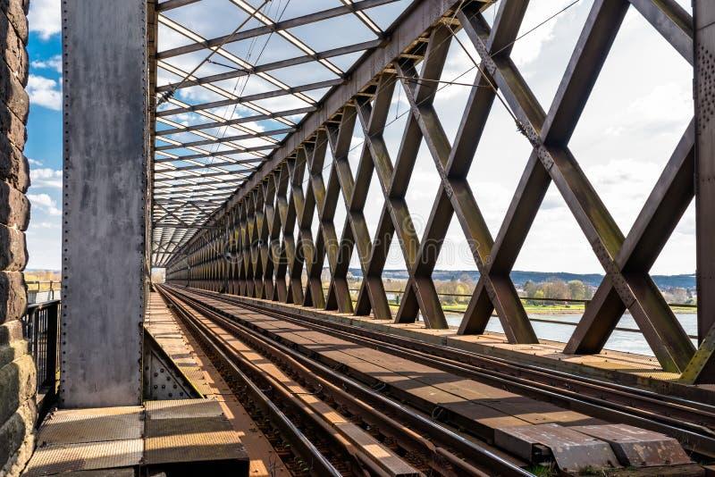 Acero, estructura de enrejado del puente ferroviario sobre el río, visión a lo largo de las pistas foto de archivo libre de regalías