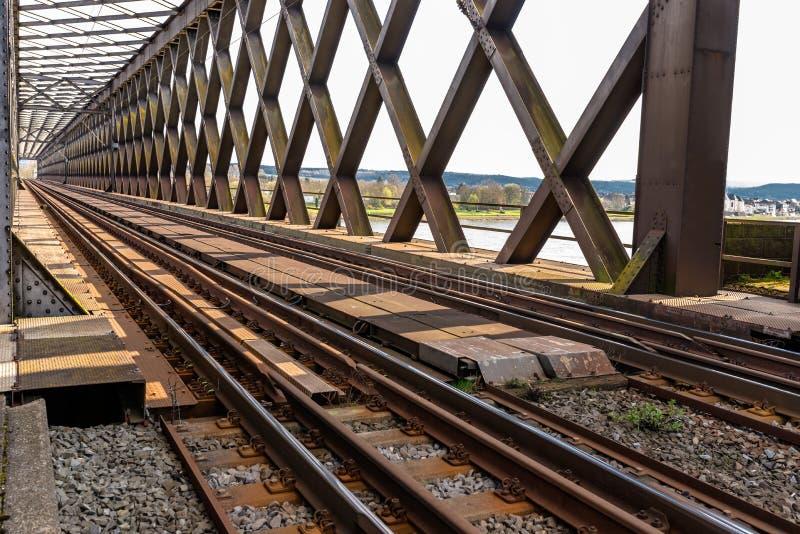 Acero, estructura de enrejado del puente ferroviario sobre el río, visión a lo largo de las pistas imagen de archivo libre de regalías