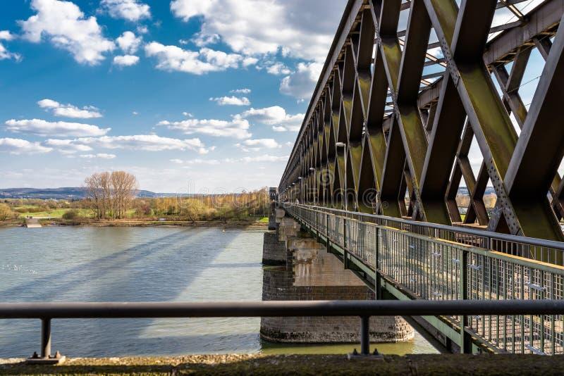 Acero, estructura de enrejado de un puente ferroviario sobre un r?o con un fondo del cielo azul con las nubes blancas en Alemania imagenes de archivo