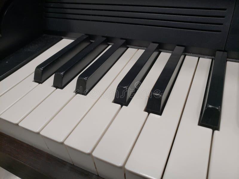 acerqúese a un teclado, a un fondo y a una textura musicales imagen de archivo libre de regalías