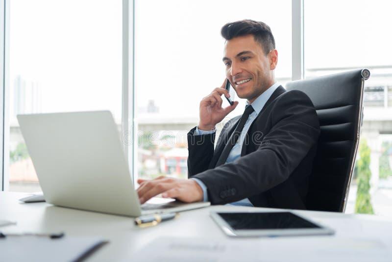 Acertado de hombre de negocios joven está utilizando el teléfono celular fotos de archivo