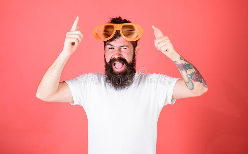 Acessório festivo do partido Atributo do partido dos óculos de sol e acessório à moda O moderno farpado do homem veste louvered g imagem de stock royalty free