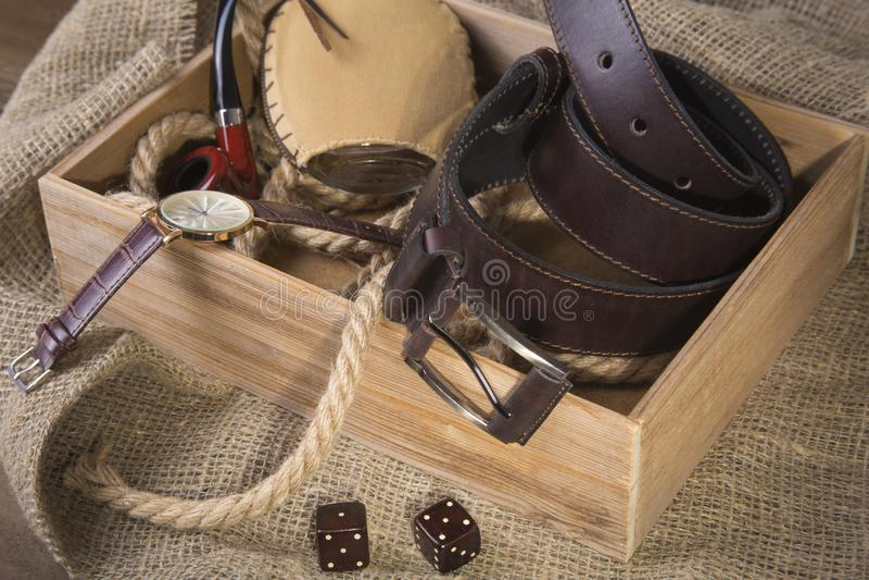 Acessórios à moda do negócio dos homens Relógio, carteira, garrafa com água de Colônia no fundo de madeira fotos de stock