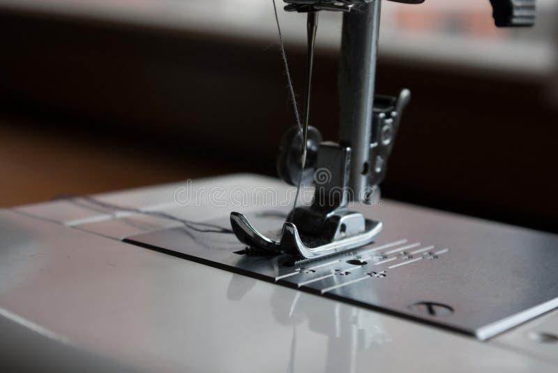 Acessórios da agulha e da costura da máquina de costura foto de stock royalty free