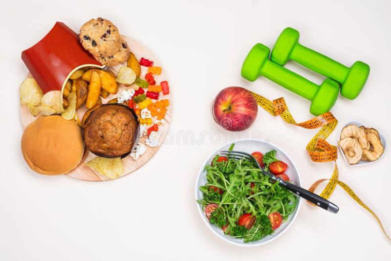 Acessórios da comida lixo e do esporte imagens de stock