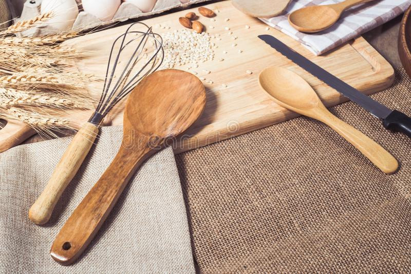 Acessórios da cozinha e ingredientes de cozimento fotografia de stock