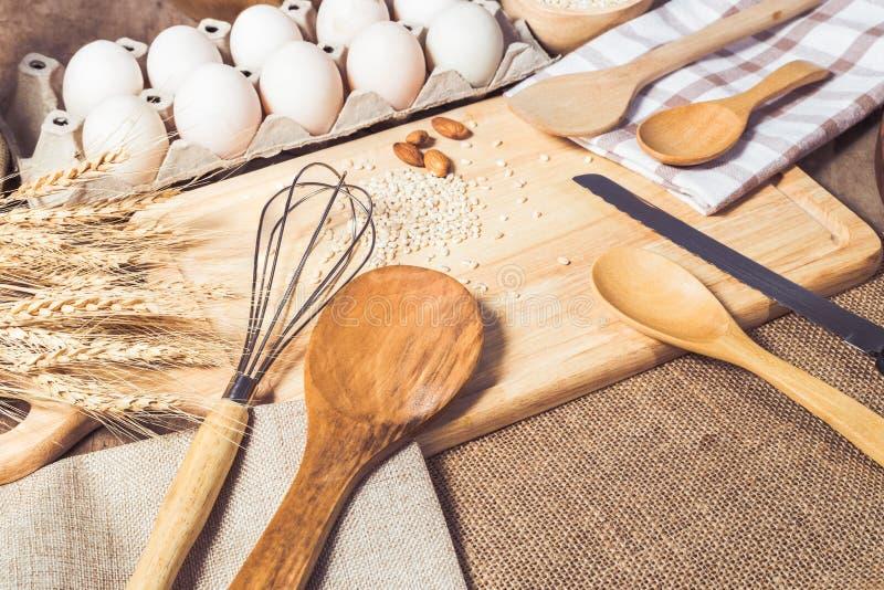 Acessórios da cozinha e ingredientes de cozimento fotografia de stock royalty free