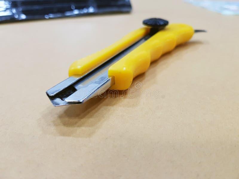 Acessórios da embalagem no local de trabalho da indústria, da faca do cortador e do Ca foto de stock