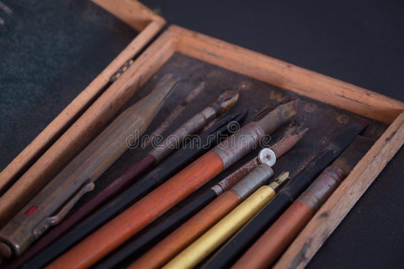 Acessórios da escola do vintage, do esboço e da tiragem imagens de stock