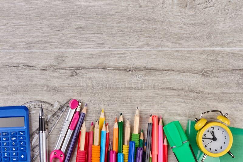 Acessórios da escola no fundo de madeira cinzento foto de stock royalty free