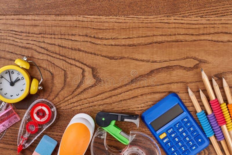 Acessórios da escola no fundo de madeira marrom fotos de stock