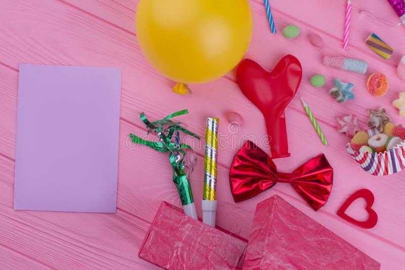 Acessórios da festa de anos e cartão de papel vazio fotografia de stock