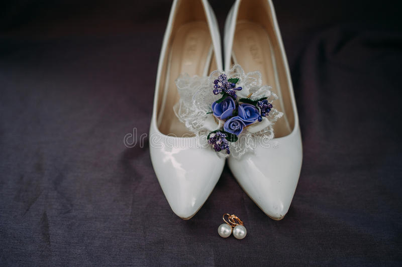 Acessórios da noiva: ate a blusa, liga, planos do bailado, sapatas alto-colocadas saltos foto de stock