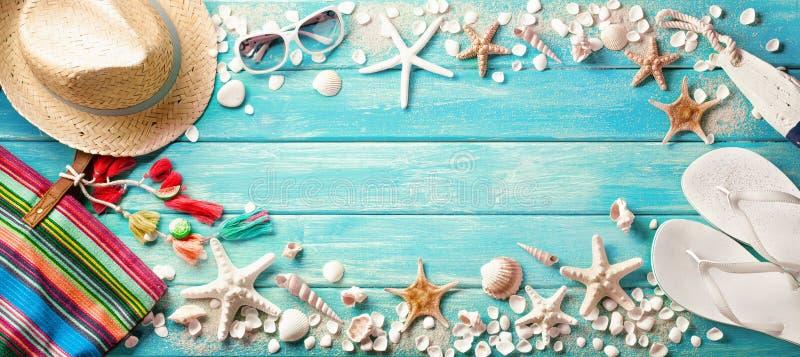 Acessórios da praia com as conchas do mar na placa de madeira foto de stock royalty free