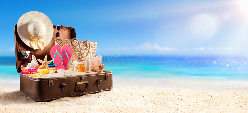 Acessórios da praia na mala de viagem na praia imagens de stock