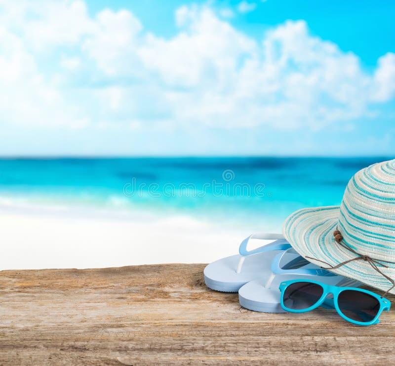 Acessórios da praia na placa de madeira foto de stock royalty free