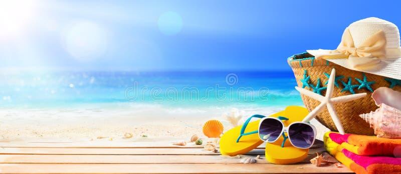 Acessórios da praia na praia da plataforma imagem de stock