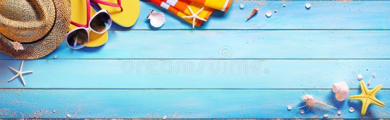 Acessórios da praia na tabela azul imagem de stock