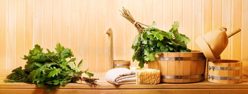 Acessórios da sauna em uma sauna de madeira imagens de stock