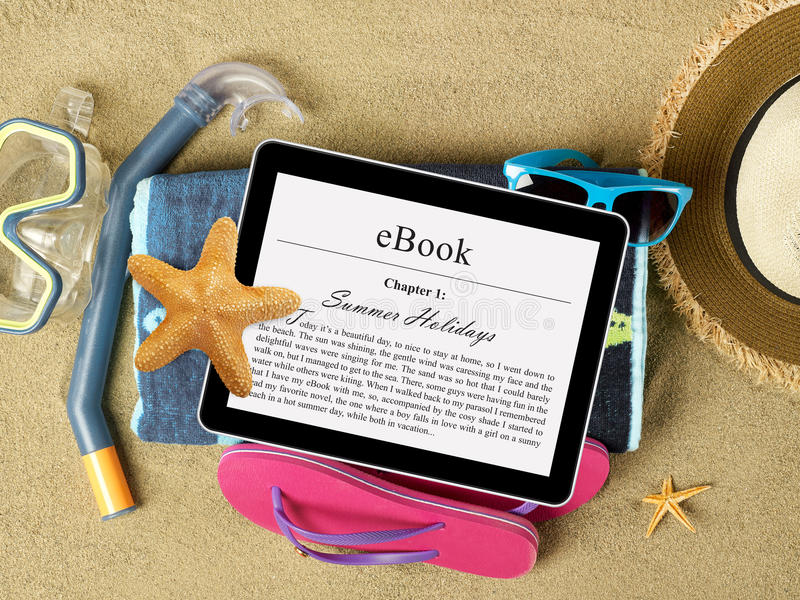 Acessórios da tabuleta e da praia na areia foto de stock royalty free