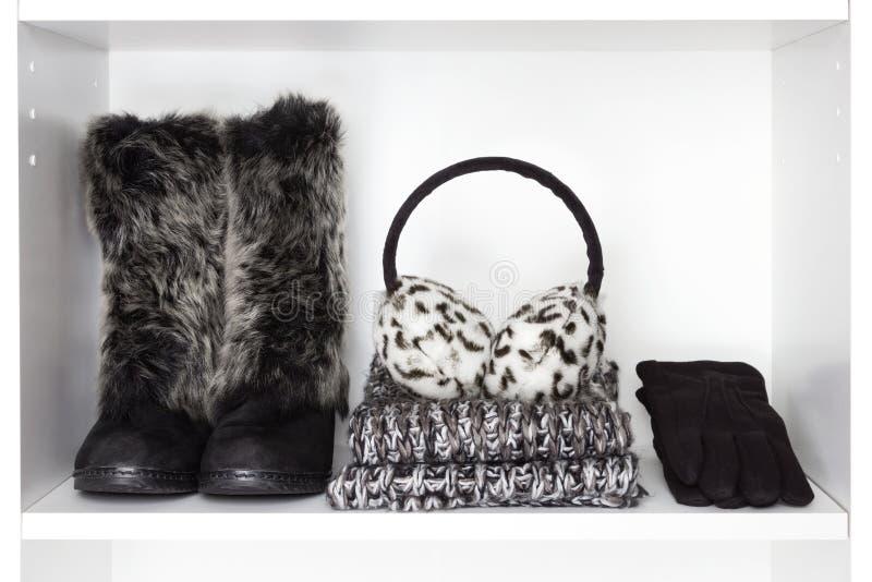 Acessórios das mulheres da forma do inverno na prateleira branca fotografia de stock