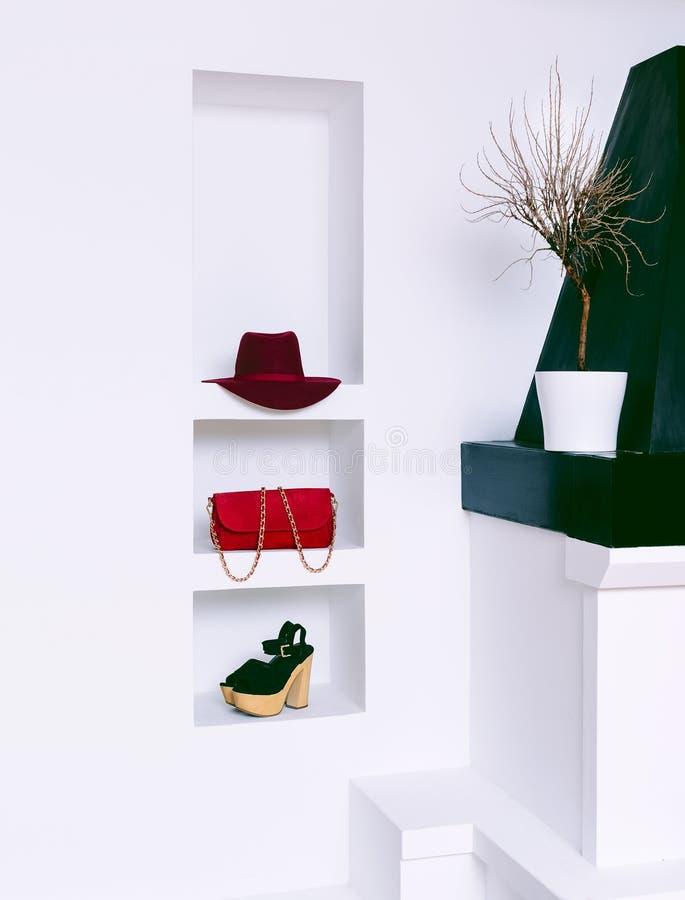 Acessórios de forma das mulheres no interior branco Chapéu, embreagem e s fotografia de stock