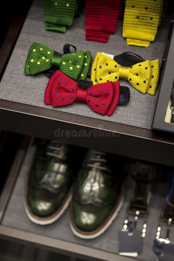 Acessórios de forma dos homens em uma loja Os homens cercam, sapatas e laço imagem de stock