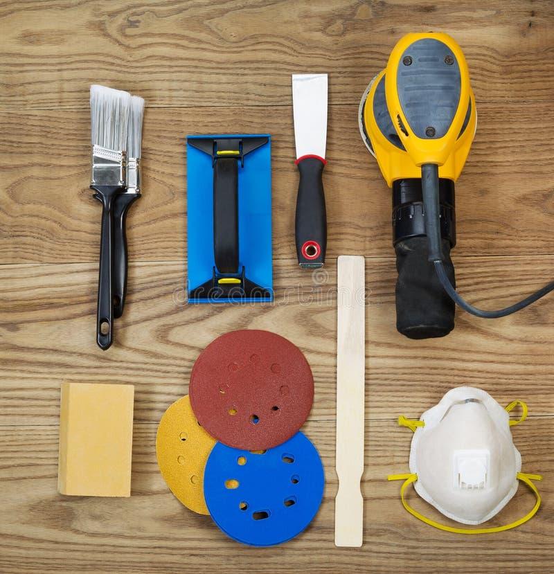 Acessórios de lixamento e de pintura em placas de madeira desvanecidas foto de stock
