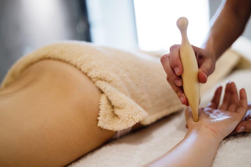 Acessórios de madeira da massagem para o tratamento especial fotos de stock royalty free