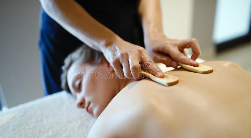 Acessórios de madeira da massagem para o tratamento especial foto de stock