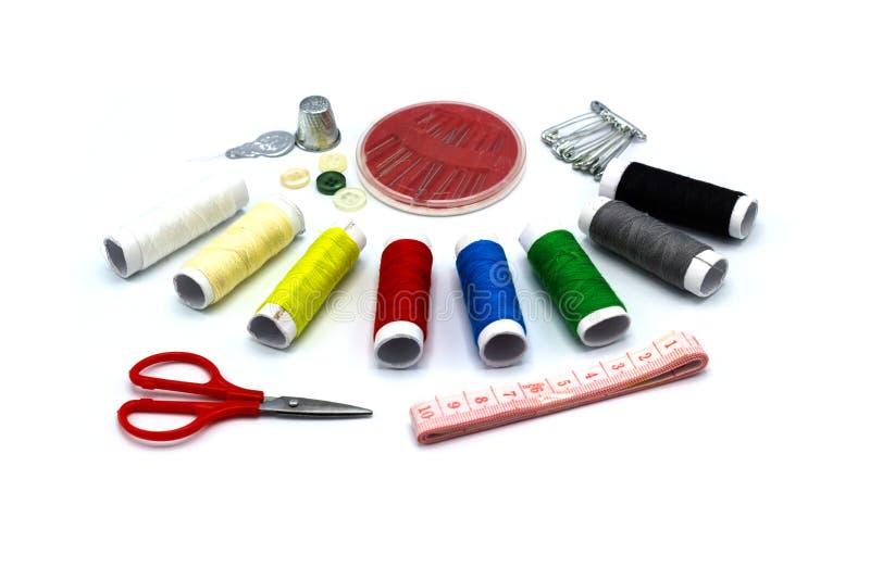 Acessórios do bordado - muitos colora a linha de costura - tesouras e cintura foto de stock