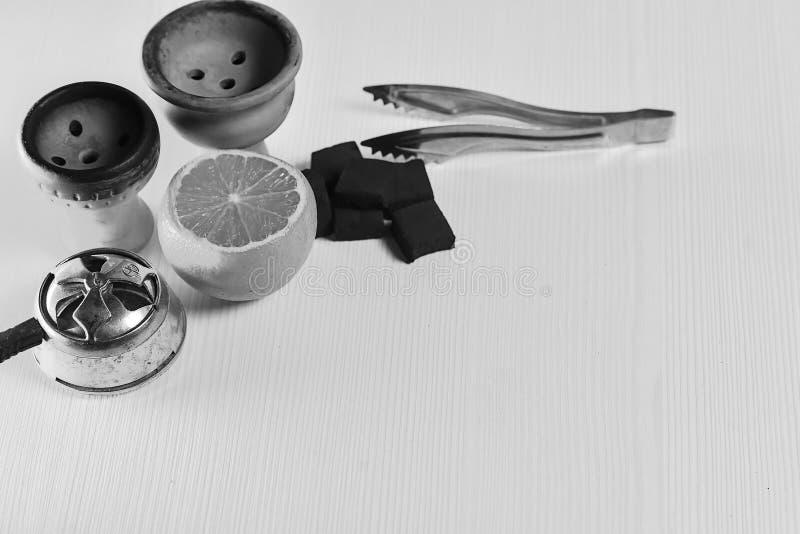 Acessórios do cachimbo de água na tabela Shisha de fumo Enviro de relaxamento foto de stock royalty free