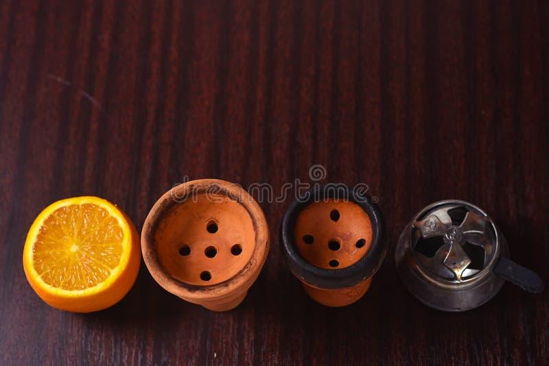 Acessórios do cachimbo de água na tabela Shisha de fumo Enviro de relaxamento imagens de stock royalty free