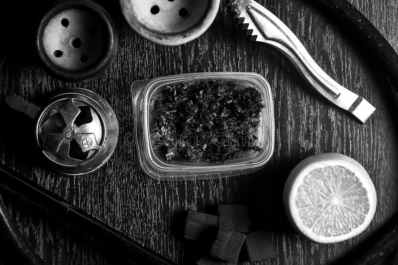 Acessórios do cachimbo de água na tabela Shisha de fumo Enviro de relaxamento fotografia de stock royalty free