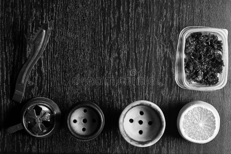 Acessórios do cachimbo de água na tabela Shisha de fumo Enviro de relaxamento imagens de stock