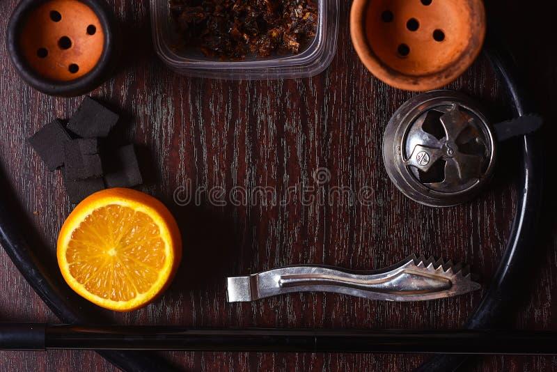 Acessórios do cachimbo de água na tabela Shisha de fumo Enviro de relaxamento fotos de stock