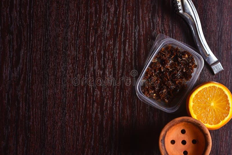 Acessórios do cachimbo de água na tabela Shisha de fumo Enviro de relaxamento foto de stock