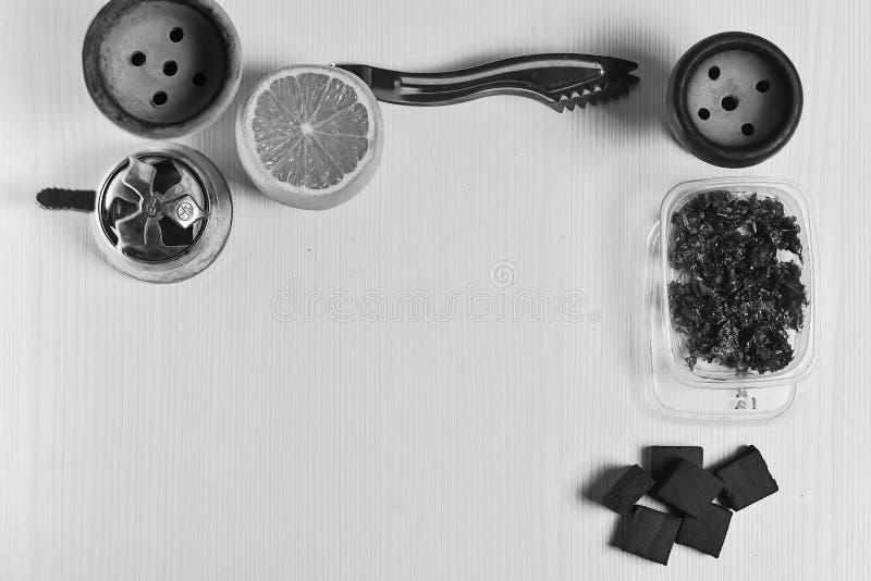 Acessórios do cachimbo de água na tabela Shisha de fumo Enviro de relaxamento fotografia de stock
