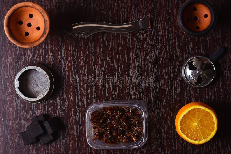 Acessórios do cachimbo de água na tabela Shisha de fumo Enviro de relaxamento imagem de stock royalty free