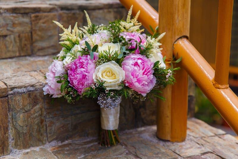 Acessórios do casamento O ramalhete da noiva de peônias cor-de-rosa e de r branco foto de stock
