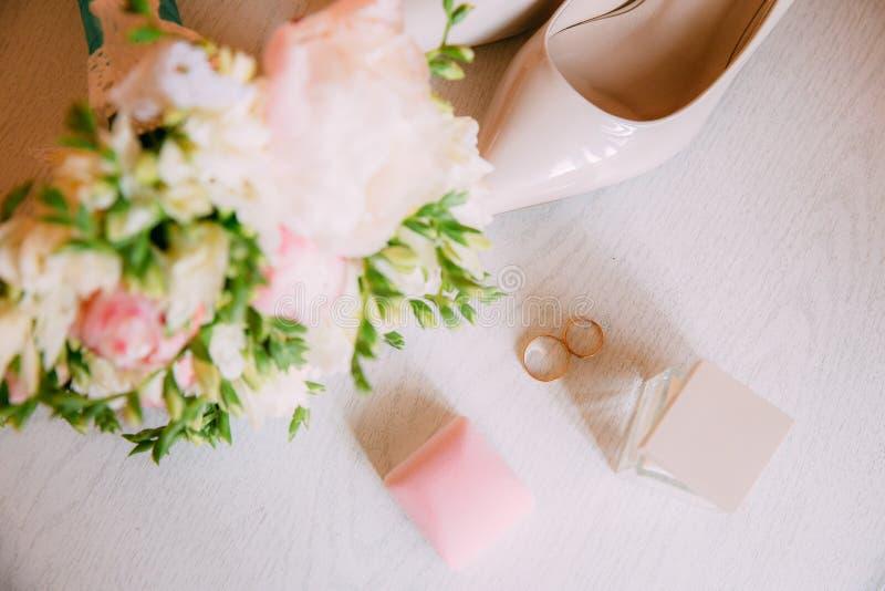 Acessórios do casamento Ramalhete e acessórios da noiva imagens de stock