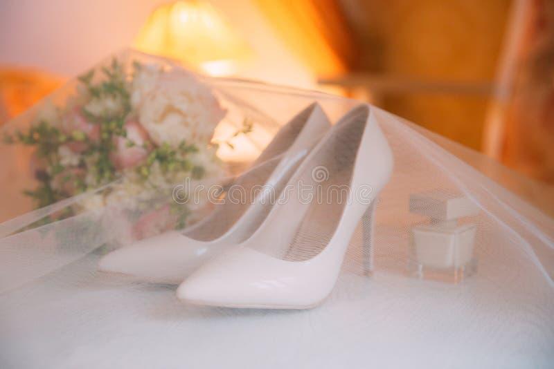 Acessórios do casamento Ramalhete e acessórios da noiva fotografia de stock royalty free