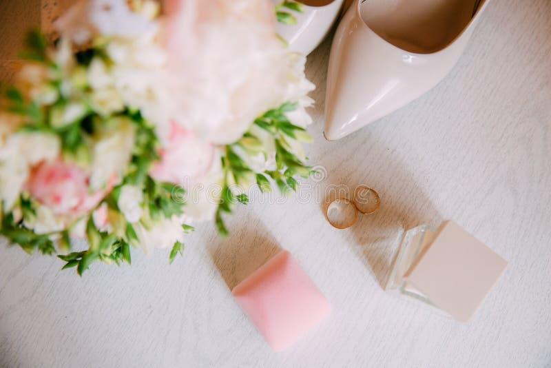 Acessórios do casamento Ramalhete e acessórios da noiva foto de stock royalty free