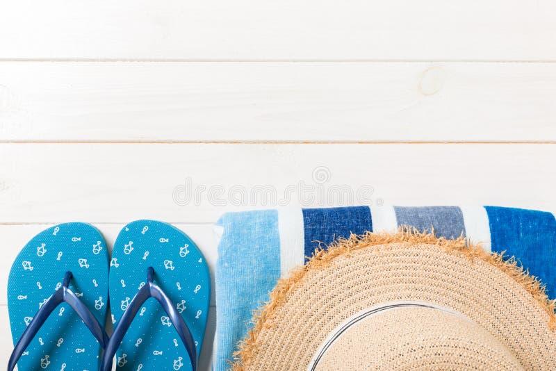 Acessórios do curso e das férias em um fundo de madeira branco conceito das férias de verão da vista superior com espaço da cópia imagem de stock royalty free