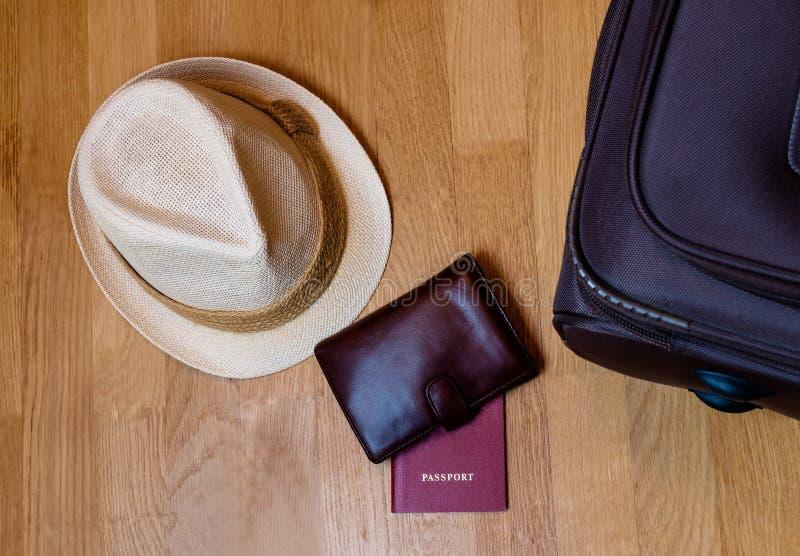 Acessórios do curso O chapéu, carteira, passaporte, mala de viagem preparou-se para foto de stock